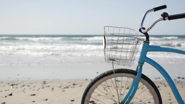 Fahrrad cruiser fahrrad von ocean beach kalifornien küste usa. sommerblauer zyklus, sand- und wasserwelle