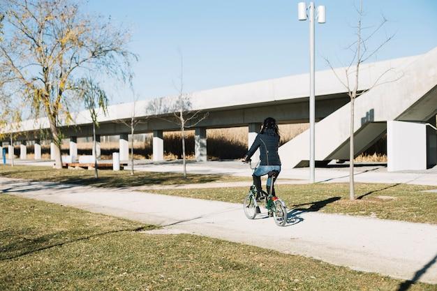 Fahrrad der modernen frau reitin der stadt