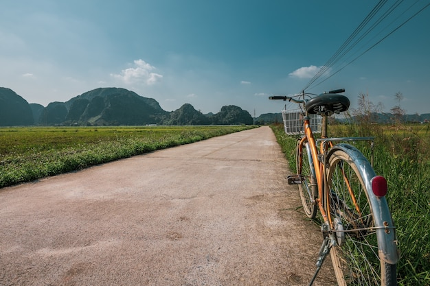 Fahrrad geparkt auf der seite einer straße zwischen reisterrassen in ninh binh, nordvietnam