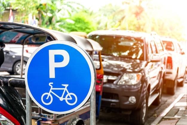 Fahrrad geparkte schilder in der stadt. - das problem der nichteinhaltung der verkehrsregeln.
