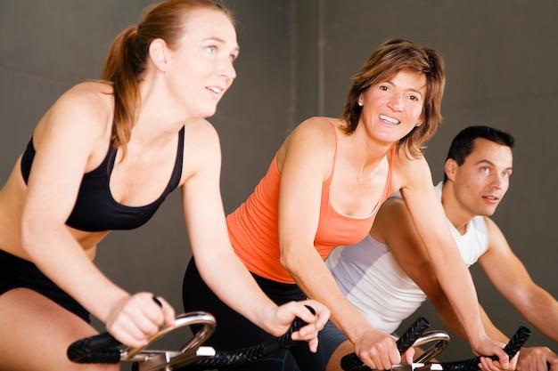 Fahrrad im fitnessstudio drehen