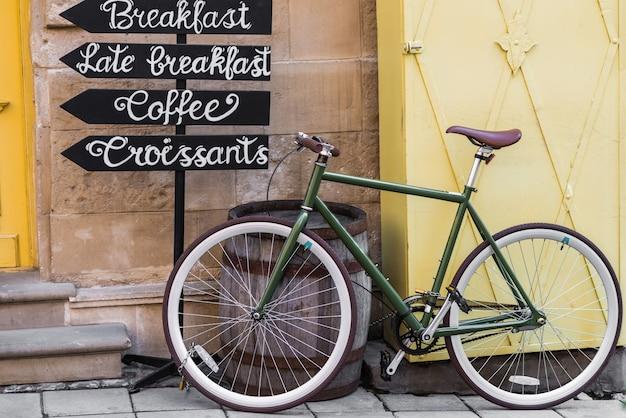 Fahrrad in der nähe von holzfass, zeichen