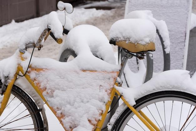 Fahrrad mit schnee bedeckt.