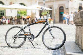 Fahrrad parkte auf Stadtstraße am sonnigen Tag