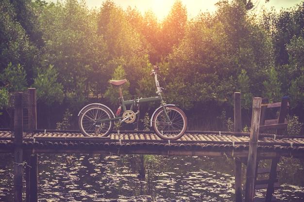 Fahrrad retro auf holzbrücke mit mangrovenwald. vintage farbe