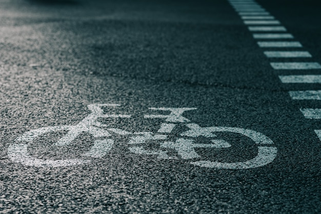 Fahrrad-straßenschild auf der asphaltstraße