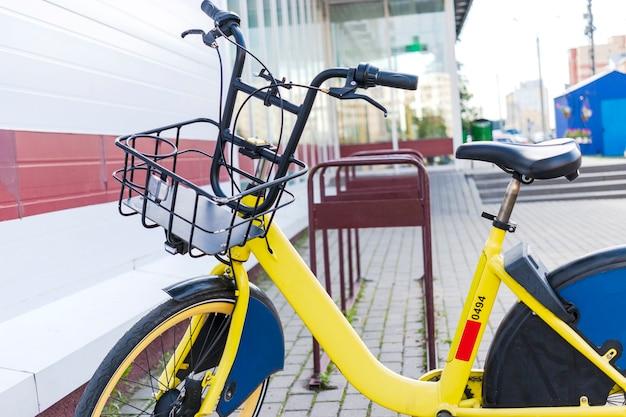 Fahrrad teilen. fahrräder zu vermieten. fahrrad auf dem fahrradparkplatz in der nähe des ladens. ökologischer stadtverkehr.