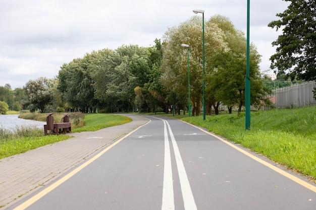 Fahrrad und fußwege und weißes fahrradsymbol.