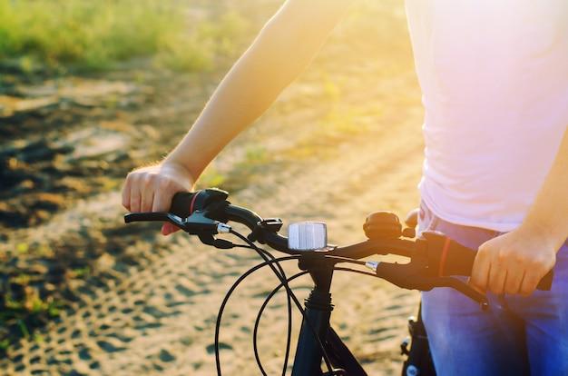 Fahrrad und mann auf naturabschluß oben, reise, gesunder lebensstil, landweg.