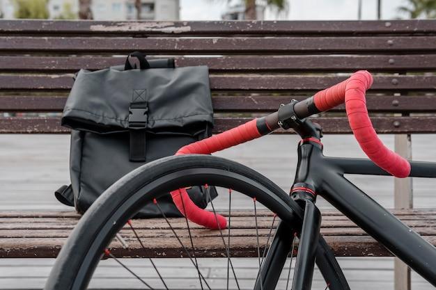 Fahrrad und mann geldbörse auf einer bank