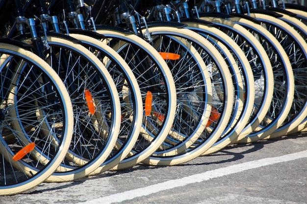Fahrrad-vorderradreifen in einer reihe