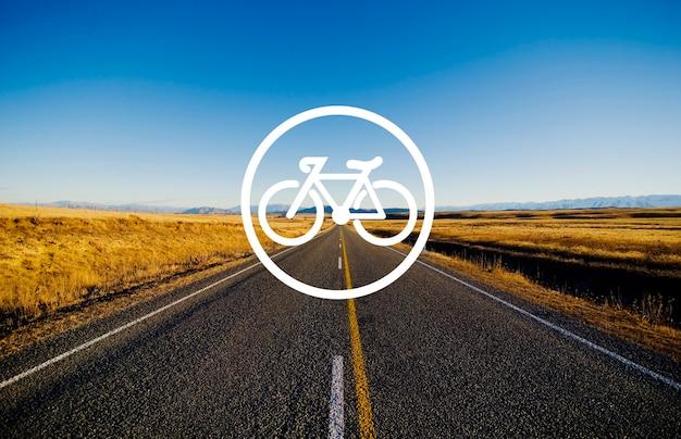 Fahrradfahnenform im kreis mit landschaftsansicht der ländlichen straße und der bergkette