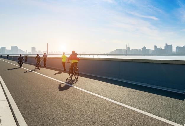 Fahrradfahrer auf der flussufer-landstraße, hangzhou, china