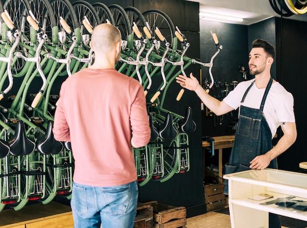 Fahrradladen mit verkäuferin