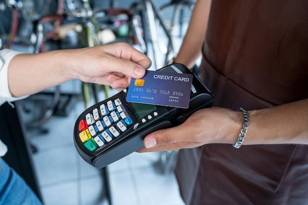 Fahrradladenbesitzer dieser laden ist ein kleines geschäft. das akzeptieren zahlungen per kreditkarte