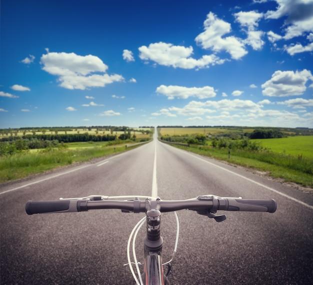 Fahrradlenkrad auf asphaltstraße