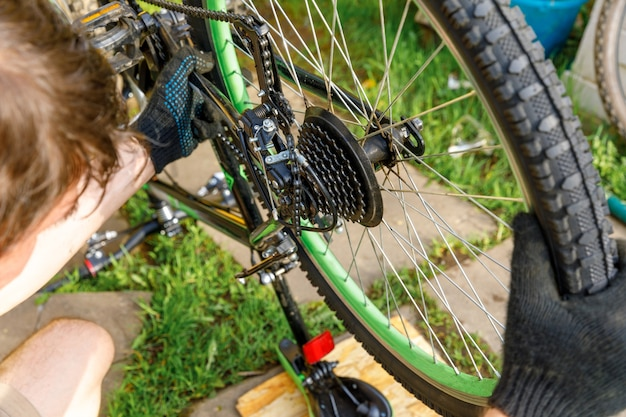Fahrradmechaniker mann repariert fahrrad in fahrradwerkstatt outdoor-hand des radfahrers radfahrer untersucht ...