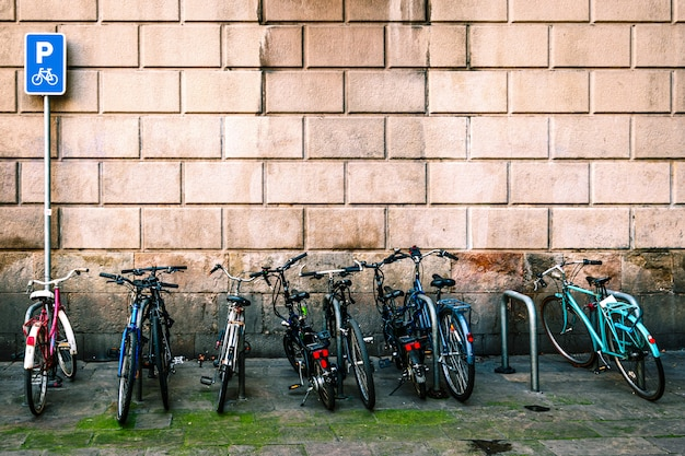 Fahrradpark im modernen barcelona-stadtbild