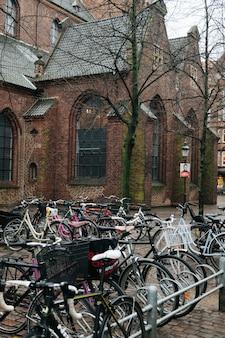 Fahrradparken gegen alte kirche
