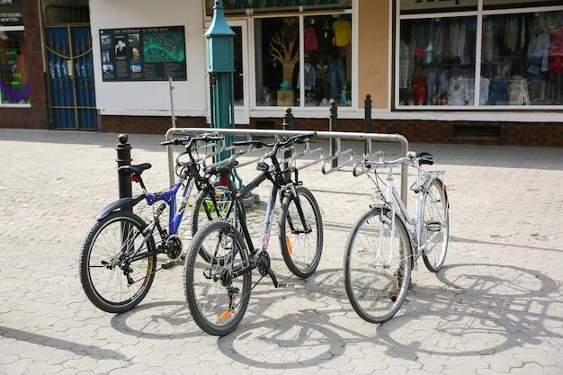 Fahrradparken in der stadt. umweltfreundlicher transport. sicherheitsschlösser.