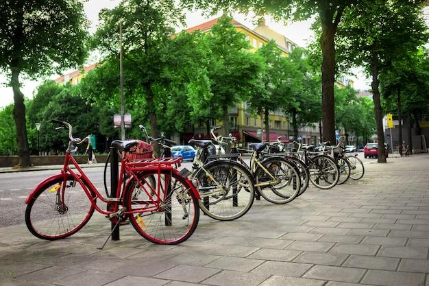 Fahrradparken ist urbaner lebensstil in stockholm.