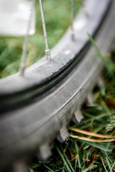 Fahrradrad auf rasenfläche