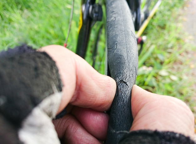 Fahrradreifen platt, weil der spitze schrott- oder glasscherbenreifen auf der straße liegt