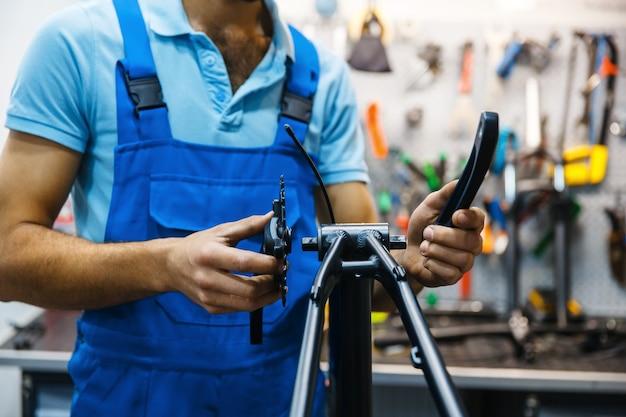 Fahrradreparatur in werkstatt, kurbelmontage