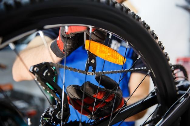 Fahrradreparaturwerkstatt, mann prüft kettenspielraum