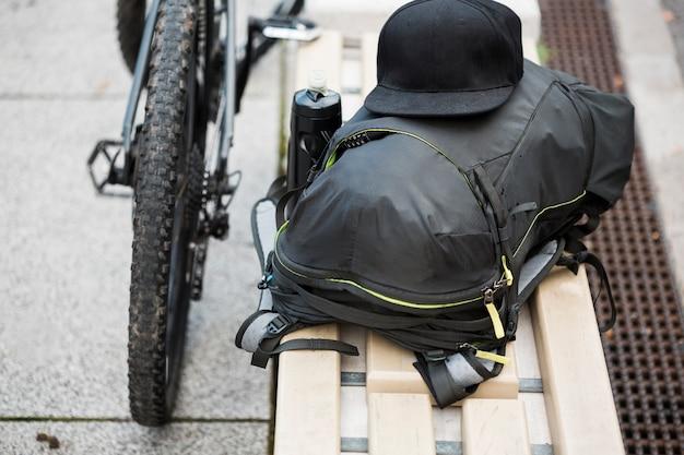Fahrradsachen auf bank