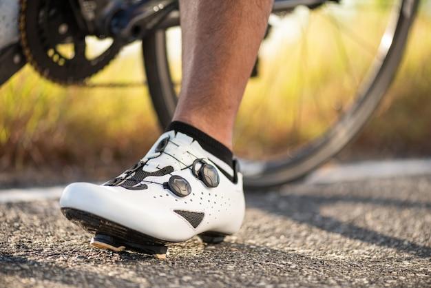 Fahrradschuhe bereit zum radfahren im freien. sport und outdoor-aktivitäten-konzept.