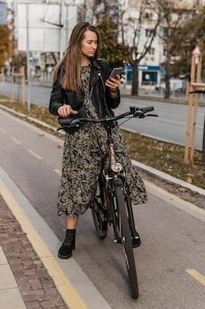 Fahrradstadtleben beim durchsuchen des mobiltelefons