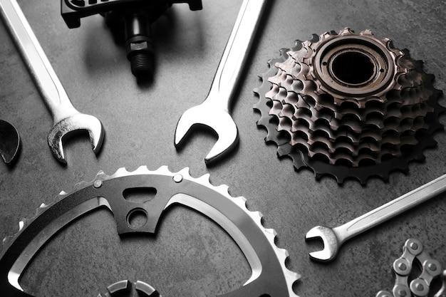 Fahrradteile und reparaturwerkzeuge auf grauem hintergrund