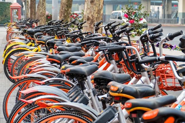 Fahrradverleih. viele olors fahrräder in einem stadtzusammenhang