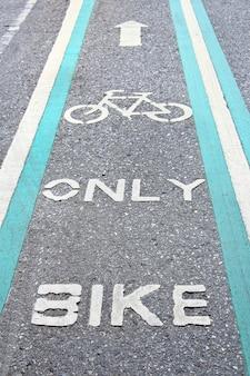 Fahrradweg in grün lackiert.