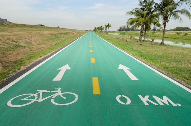 Fahrradweg mit weißem fahrradzeichen