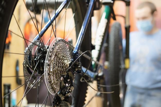 Fahrradwerkstatt, technische wartung eines fahrrads.