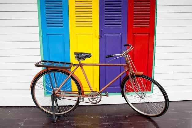 Fahrräder an bunten türen