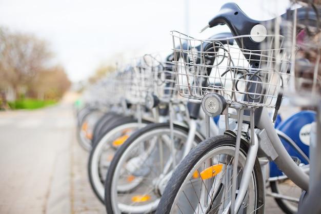 Fahrräder an einer mietstation