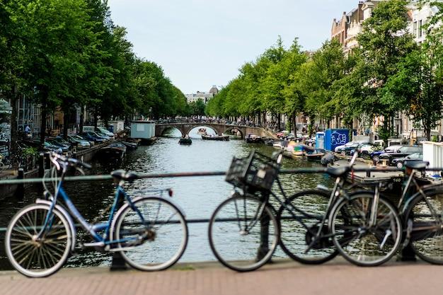 Fahrräder auf der straße. amsterdam.