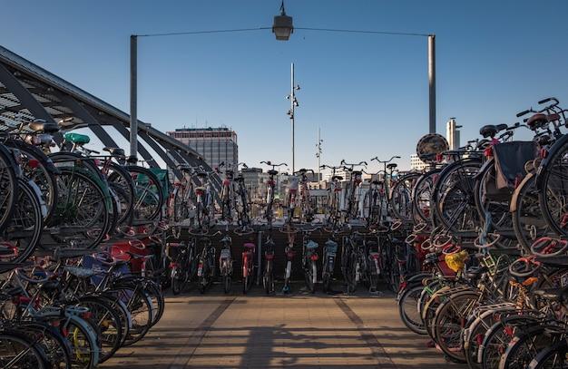 Fahrräder auf einem schiff geparkt