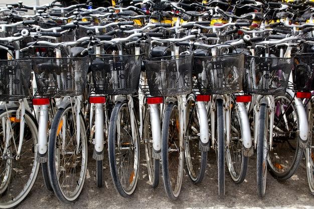Fahrräder, die ein geschäft mieten, reihen parken ein