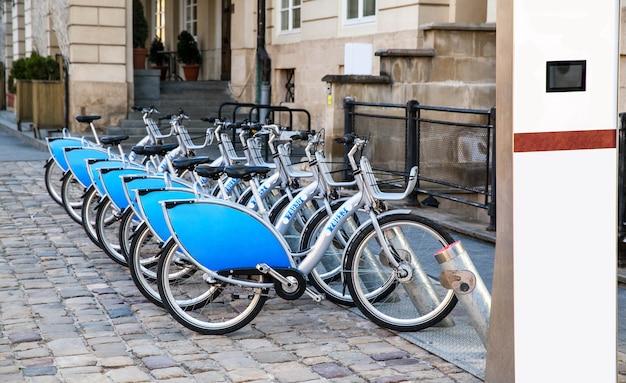 Fahrräder zu mieten, stehen in der stadt auf der straße