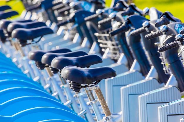Fahrräder zum mieten im öffentlichen park (santander cantabria - spanien)
