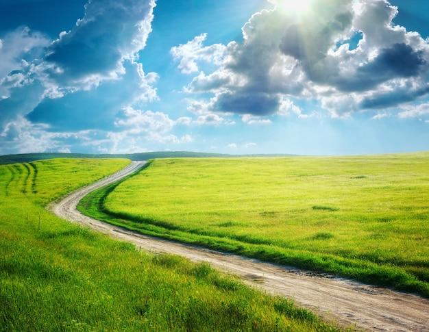 Fahrspur und tiefblauer himmel