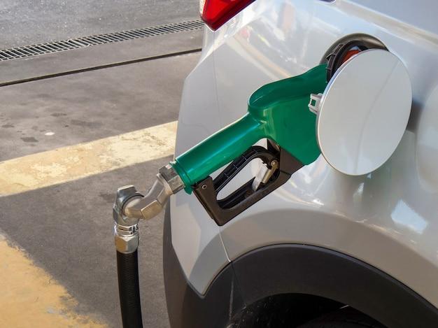 Fahrzeug mit kraftstoff ethanol oder benzin betanken