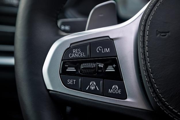 Fahrzeuginnenraum eines modernen autos mit steuertaste. lenkrad mit multifunktionstasten
