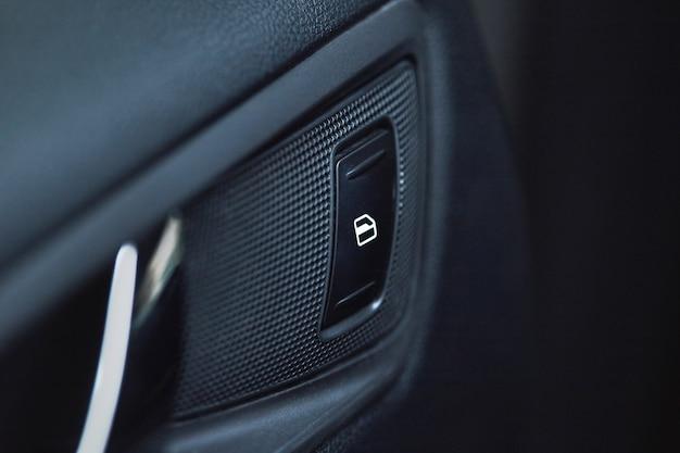 Fahrzeuginnenraumdetails des türgriffs mit fenstersteuerungen und -einstellungen