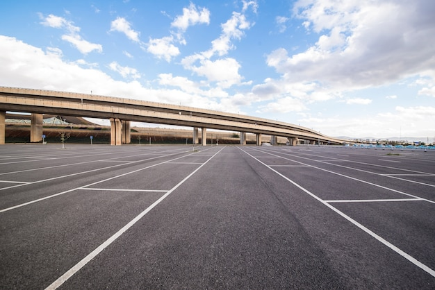 Fahrzeugverkehr kontrast parkplatz platz