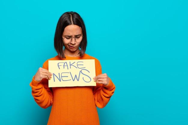 Fake news-konzept der jungen lateinischen frau